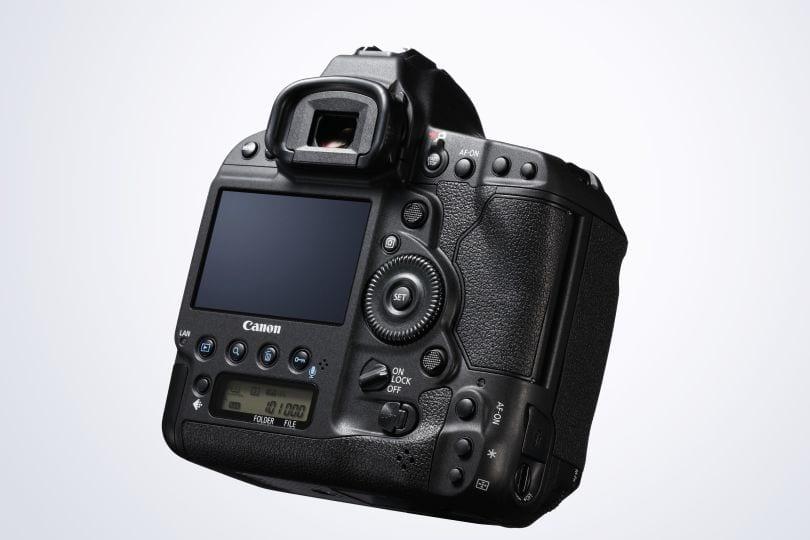 Äußerlich gibt es bei der Canon EOS-1D X Mark II im Grunde keine Unterschiede zu ihrer Vorgängerin.
