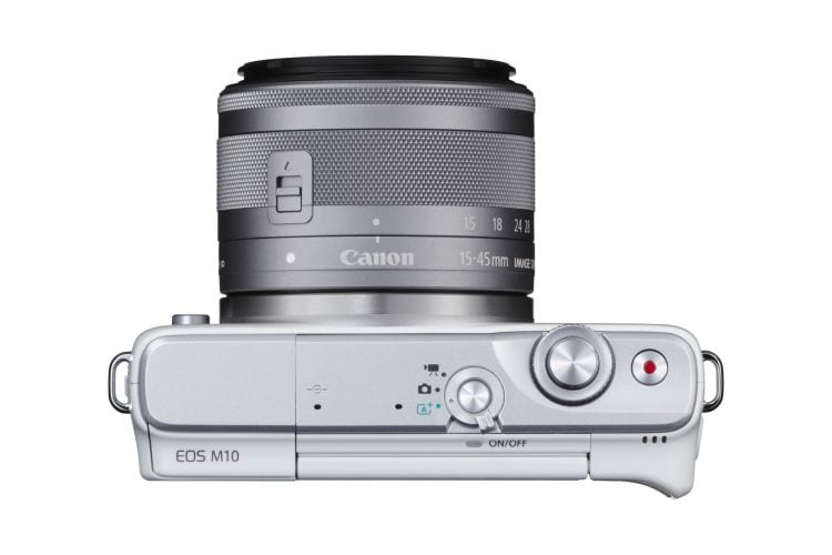 Einen Griff hat die Canon EOS M10 leider nicht zu bieten. Dafür ist die Kamera im Gesamten aber sehr kompakt.