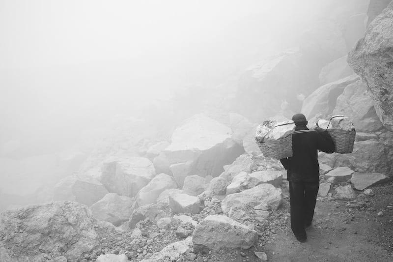 Leonhard Sonner, Pullach, 18 Jahre, Deutscher Jugendfotopreis 2014 Aus der Serie: Die Schwefelarbeiter des Ijen Titel: Der Aufstieg zum Kraterrand