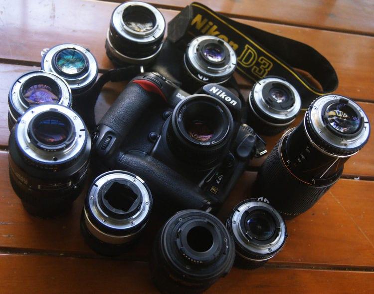 Eine Nikon DSLR mit zahlreichen Objektiven. (Quelle Bild: Bharat Mirchandani / Flickr (CC BY-SA