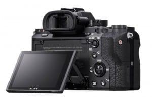 Die Sony A7r II arbeitet mit einem kippbaren 3-Zoll-Display und einem EVF mit